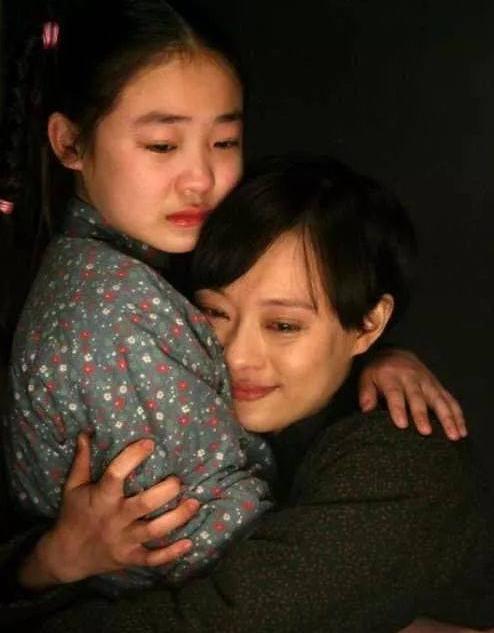 """她6岁""""为母还债"""",演戏一哭成名,如今24岁模样大改不敢认"""