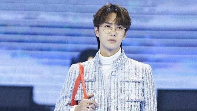 """被称为""""人间香奈儿""""的王一博,时尚且帅气,穿搭很独特!"""