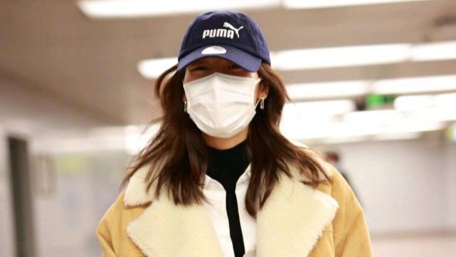 刘雯的私服穿搭真高级,身穿皮毛一体的外套配牛仔裤,潇洒又时尚