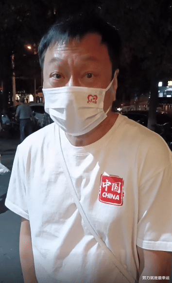 TVB视帝黎耀祥晒近况,早晨街边低调列队用饭,桌上满是肉显英气