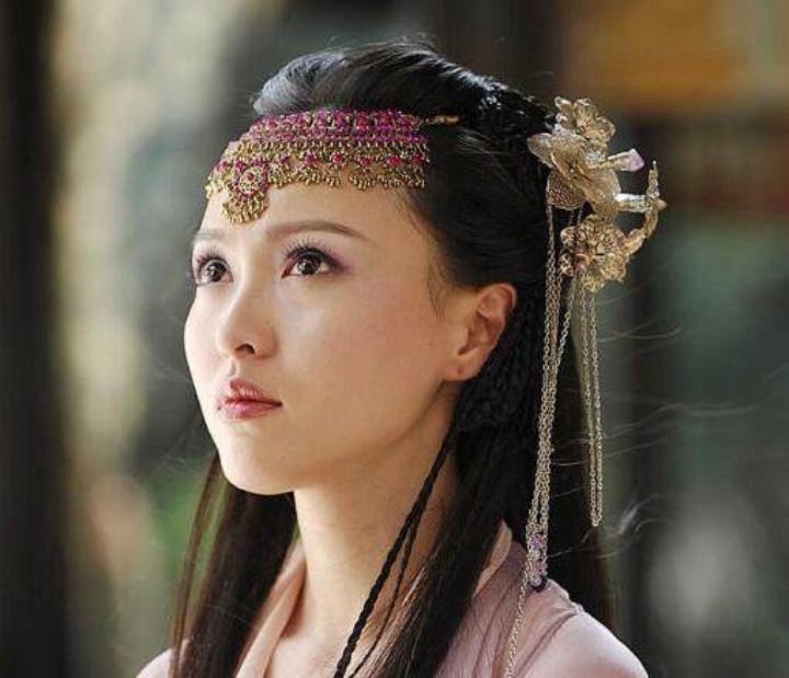 唐嫣游玩被路人偶遇,素颜生图引争议,网友:这还是我们的女神吗?