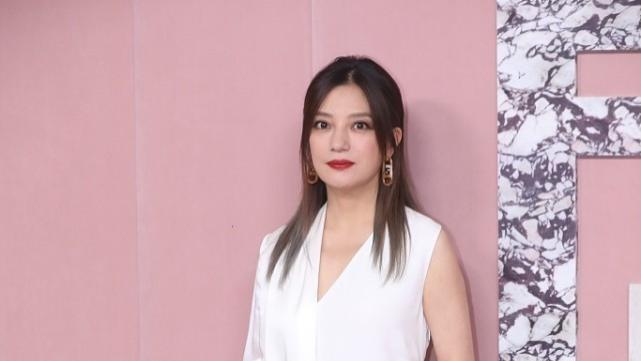 赵薇离开P图果然不行,穿半袖白裙容颜依旧,却配双长靴拉垮身材