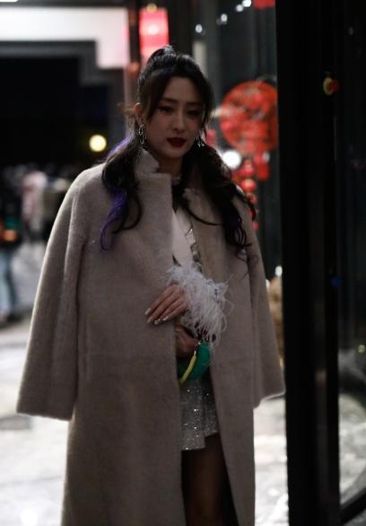 马苏美起来不低调,穿毛绒大衣配亮片裙