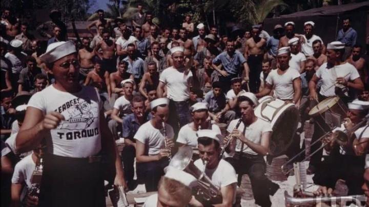 二战美军内衣外穿?最早的短袖T恤竟是海军的时尚单品