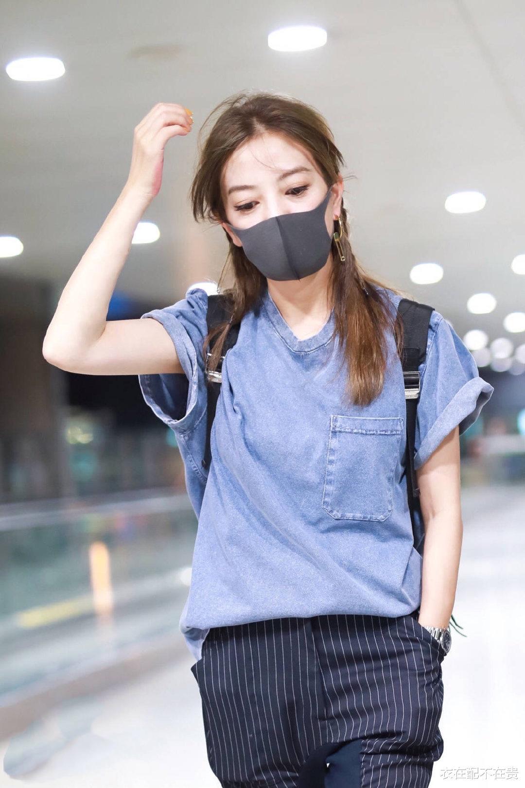 赵薇变瘦后穿衣像开挂,牛仔配条纹裤看似简朴,却被她穿出高级范_新浪娱乐新闻