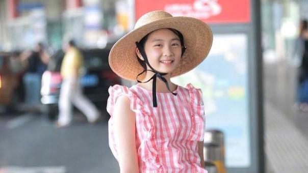 15岁黄多多终于有了少女样,穿粉色格子衫显清新,真给黄磊长脸