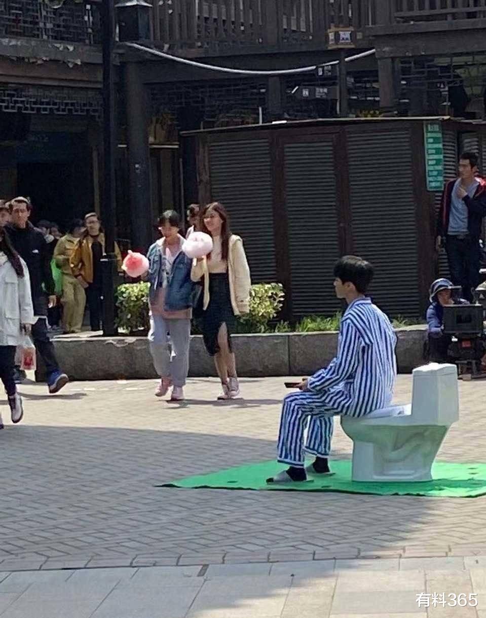 王俊凯电影路透图曝光,身穿病号服和前辈对戏,满满少年感遮不住