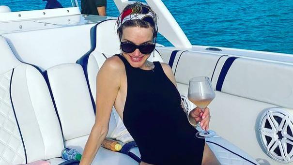 LV太子爷夫妇海上游玩!39岁太子妃穿连体泳衣,身材紧致赢过少女