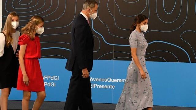 西班牙王后连换两条长裙美翻!踩20公分绑带鞋,引得国王不停偷瞄