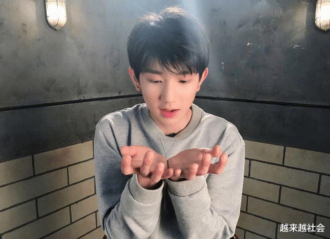 娱乐新闻台_王源有那种,清凉而不失温暖的感受,只能说这个男孩子太美妙了