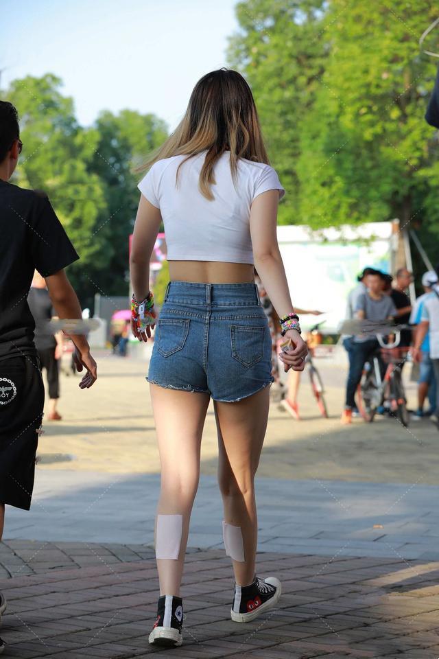 短款上衣搭配短款牛仔裤,显高又显瘦,而且还不失时尚美感