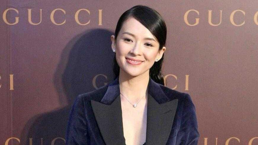 汪峰老婆章子怡太有气质,穿丝绒西装秀出内衣,不俗反而很高级