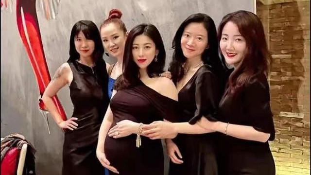 37岁的朱珠怀孕也爱折腾,穿紧身露肩裙聚会,涂红唇变气场女王