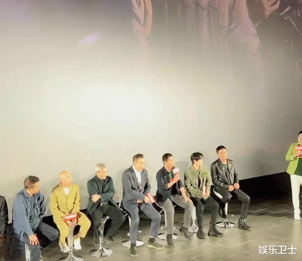 《长津湖》首映礼,易烊千玺听到被吴京当儿子哭笑不得,认真听讲再成人形立牌