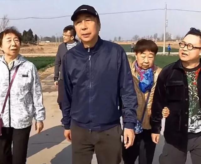 冯巩回村好开心,姐弟站一起共用一张脸,网友:一看就是一家人