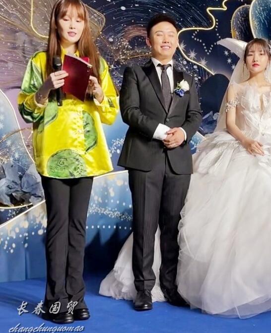 赵本山女儿现身网红婚礼,众人簇拥多名保镖开路,星范儿十足(赵本山徒弟自曝有七套豪宅)