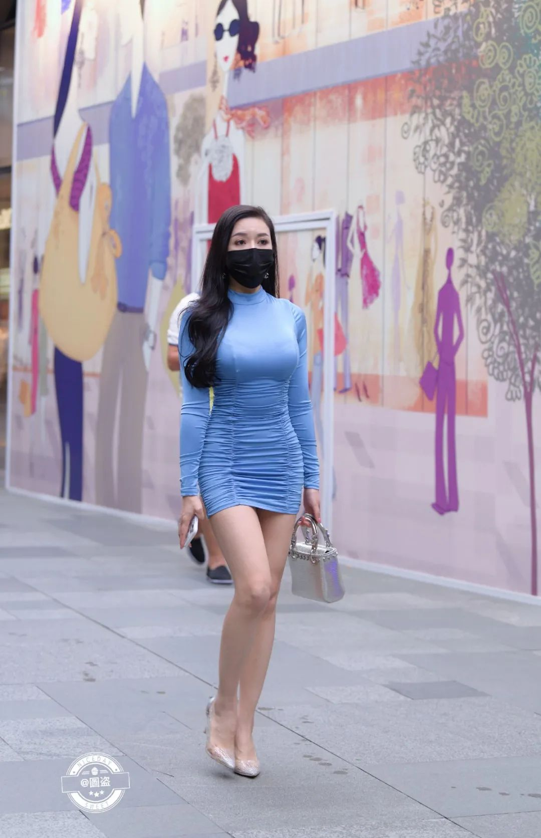 街拍女神:蓝色连体短裙姐姐