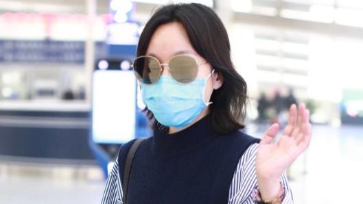 50岁的闫妮真会赶时髦!穿针织马甲配衬衫走机场,不俗反而很显嫩