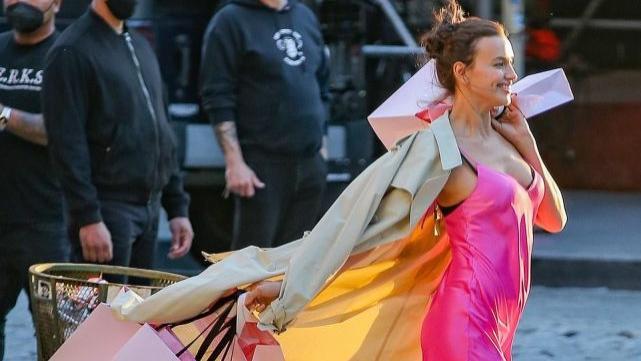 35岁超模伊莲娜放飞自我,穿吊带睡裙惊艳街头,单身妈妈养娃不易