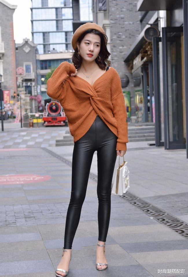 美女穿焦糖色毛衣搭配黑色皮裤,自信又美丽,优雅大方