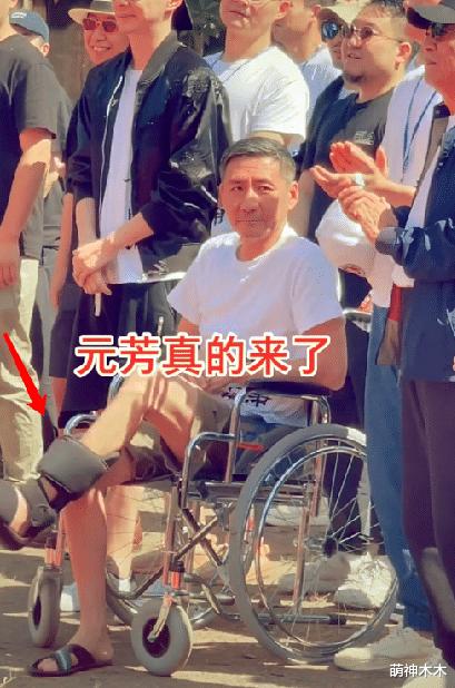 """""""元芳""""张子健近况暴光,身型暴瘦满头鹤发,受伤坐轮椅跷二郎腿"""