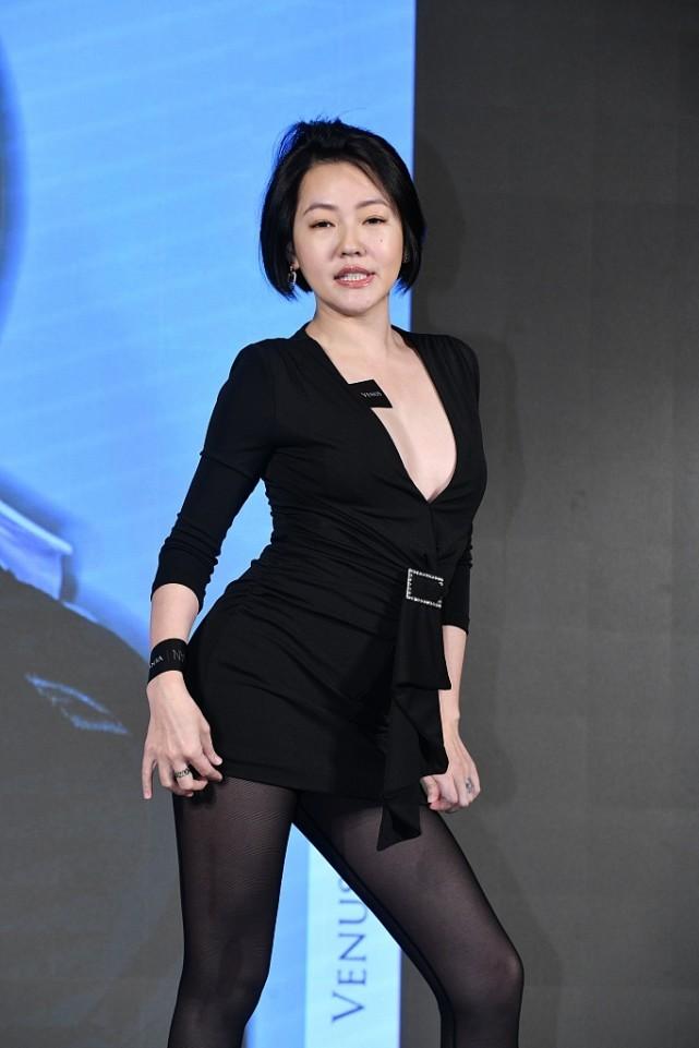 小S太喜好秀身体了,穿短款小黑裙为了不走光,用黑丝搭配太撩人