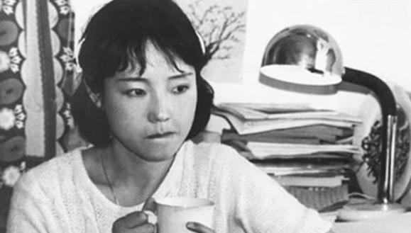 严歌苓的母亲:18岁回绝首长逃求,嫁给剧团小伙萧马,却终局悲凉