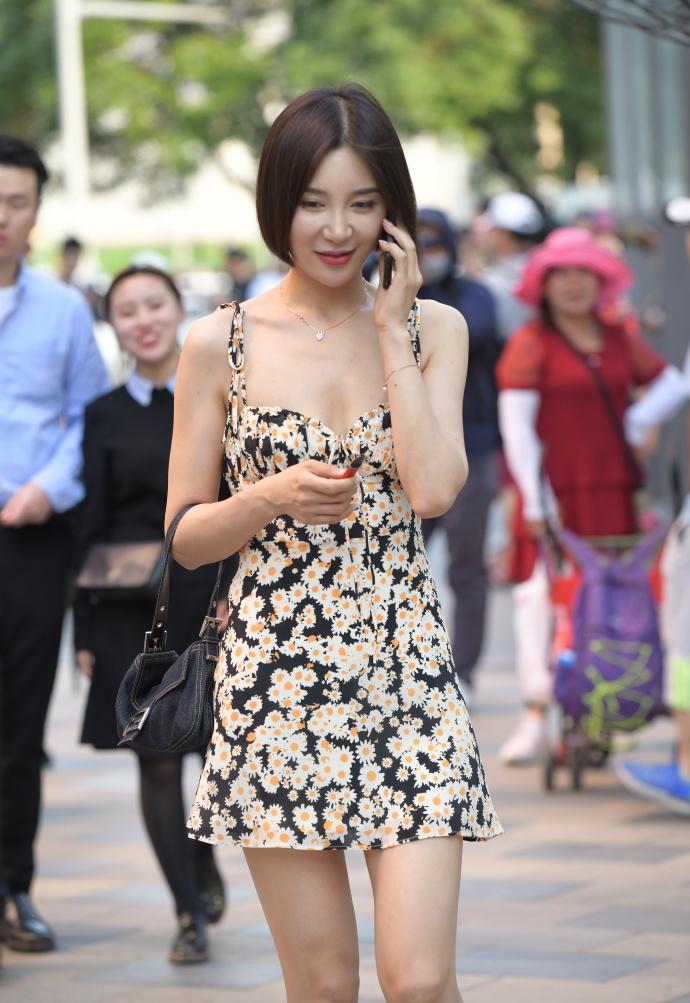 """欧美娱乐新闻_33岁""""阿姨""""的碎花裙,尽显优雅大气,""""杀伤力""""着实强!"""