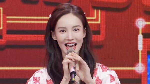 春晚进行时镜头中的明星,金晨甜美,佟丽娅发福,王一博显疲惫!