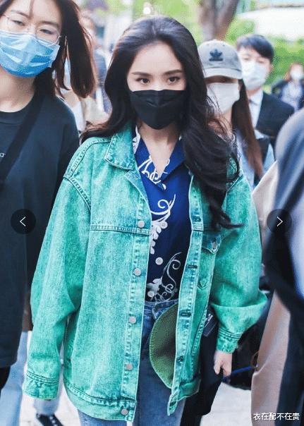 杨幂秀发好浓厚,配翠绿色牛仔外套好潮,网友:旁边人没她发量多