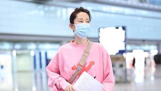 """45岁的刘敏涛真不把自己当""""老人""""看,穿衣都要挑战粉色,好精致"""