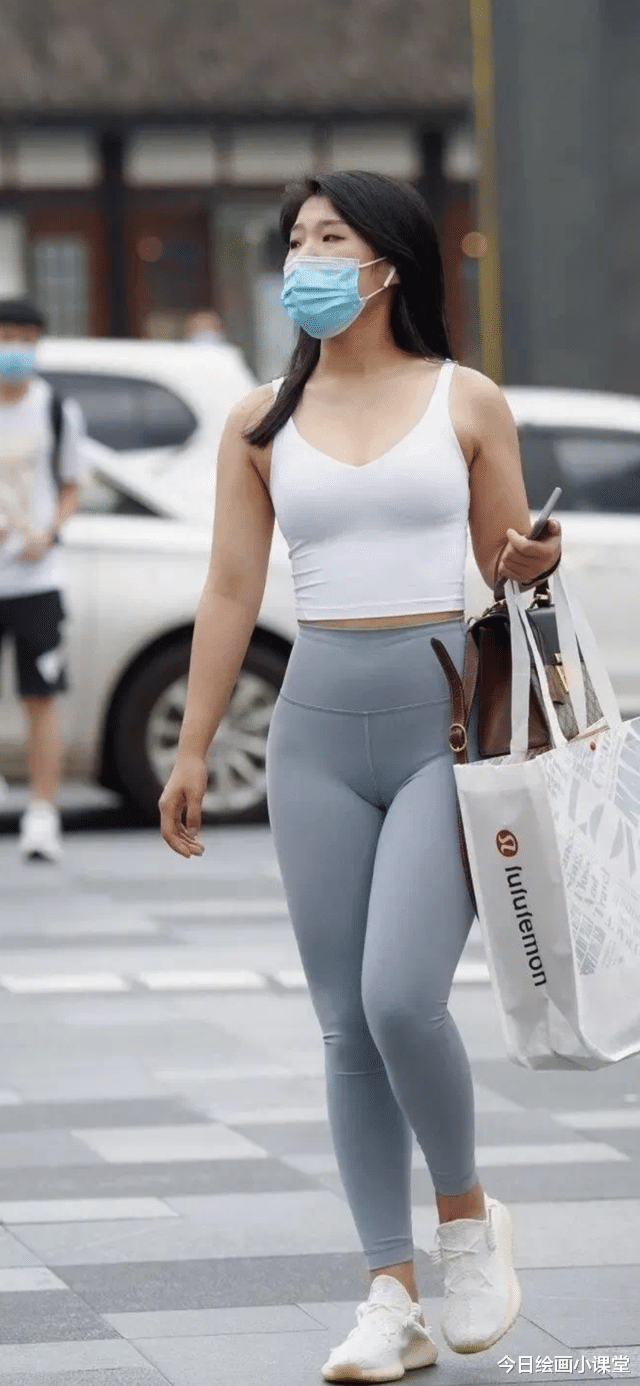 臀部大腰细的女生怎么看比较好看?小背心鲨鱼裤时尚性感!