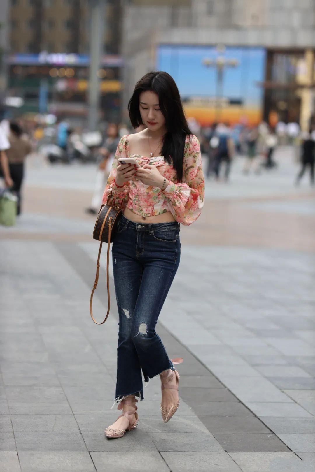 街拍:穿露T恤的时髦女生,背后身体很性感