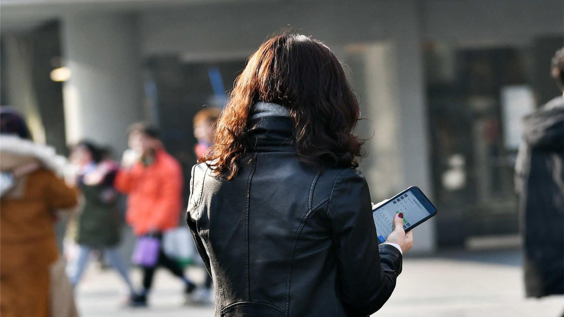 黑色夹克搭配羊绒围巾,温暖又时尚,自在出街
