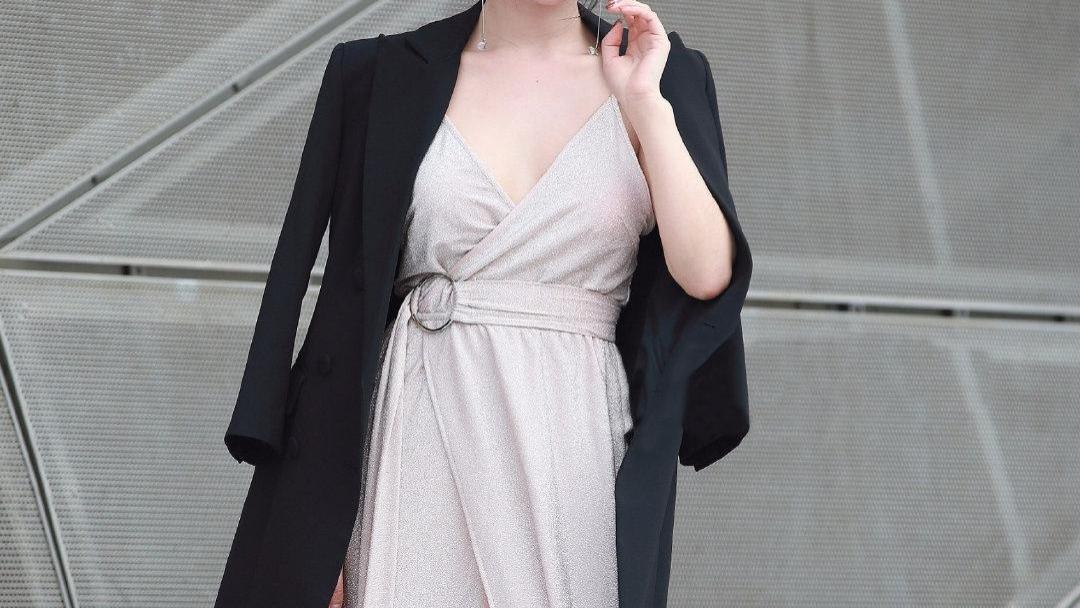 模特身材穿长裙,尽显玲珑好身姿,让人羡慕