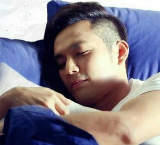这些男明星们的妖娆睡姿,看到张艺兴这睡姿着实有些心疼啊