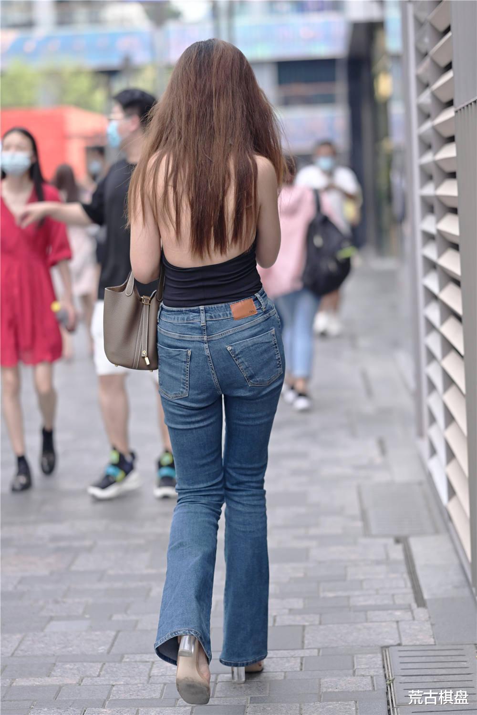 看年轻姑娘怎么搭配牛仔裤,你喜欢什么款式,穿出不一样的时尚感