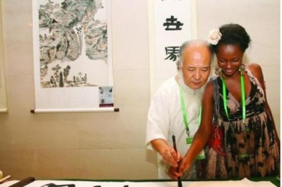 24岁非洲美女嫁给53岁中国大爷,9年过去了,两人过得幸福么?