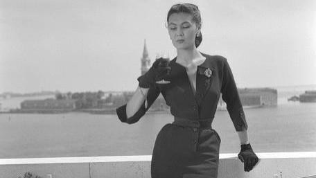 从洗碗工到缪斯女神,以优雅非凡的气质,登上巴黎高级时装的舞台20年