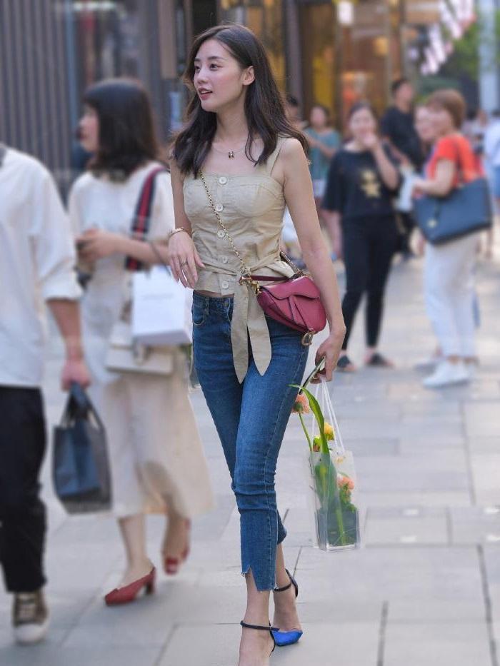 牛仔裤这样穿搭,休闲凉爽显气质,年轻女孩都喜欢穿