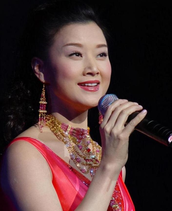 她曾是我国最出名的女歌手,24年连登春晚,如今状况究竟如何?