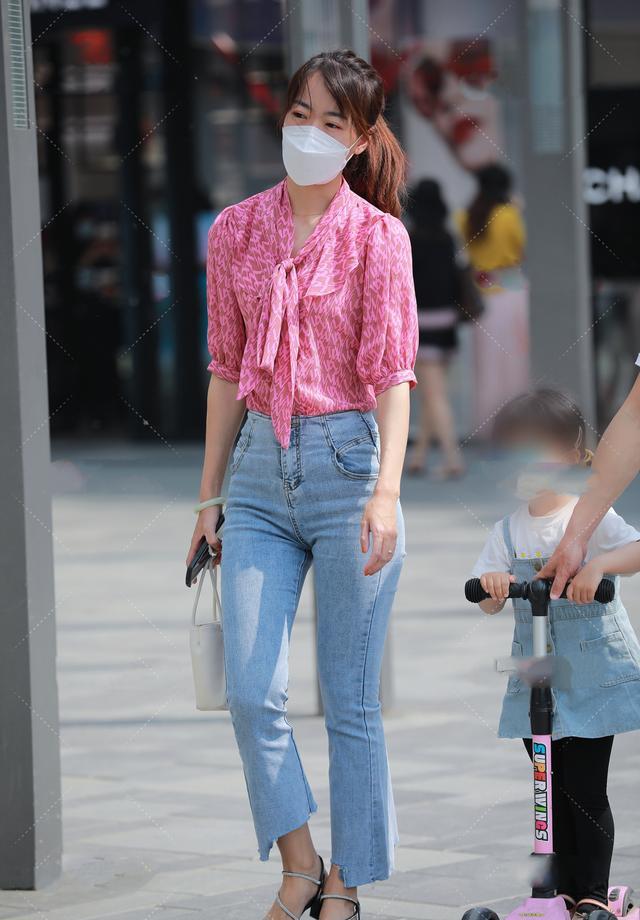 粉红色雪纺长袖衬衫搭配一款白色手提包,尽显女性魅力