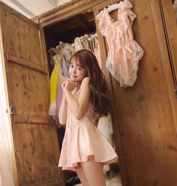 家居服也能外穿!蕾丝连衣裙搭上粉色内