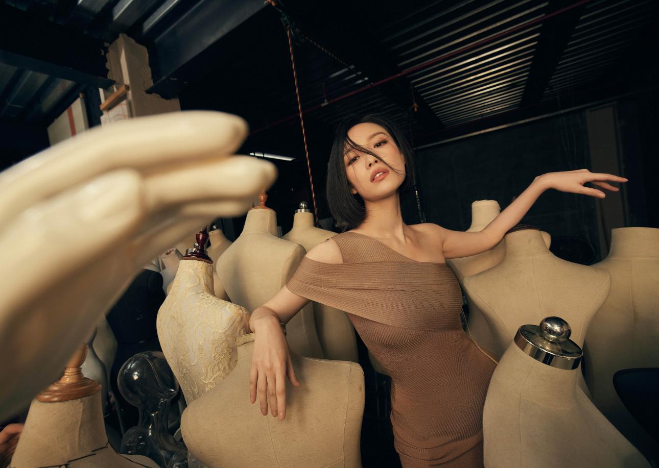 倪妮慵懒氛围感写真,凌乱发型释放从容情绪,高贵气质展露无遗!