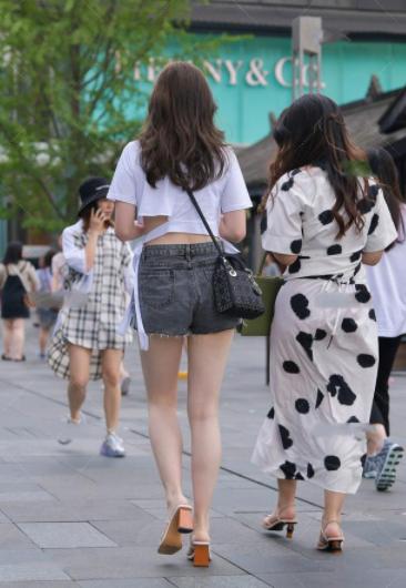 白色绑带T恤搭配灰色修身短裤,时尚俏皮,清爽可爱