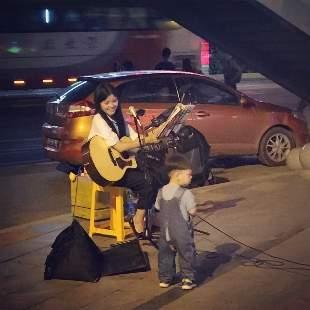 背吉他的汪小仙