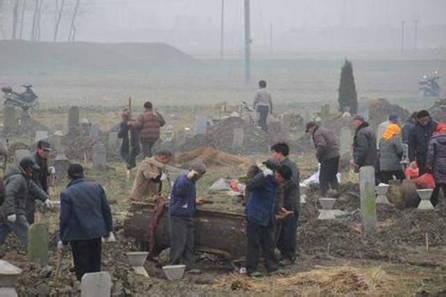 贵州农民迁移祖坟,挖出数件珍贵文物,专家说应上交国家