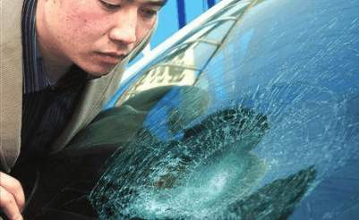 用铁锤子砸和田玉, 锤子会怎样? 用玻璃砸和田玉, 玻璃会怎样?