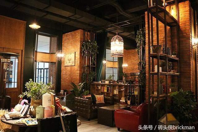 用红砖墙装修出的欧美复古风咖啡馆