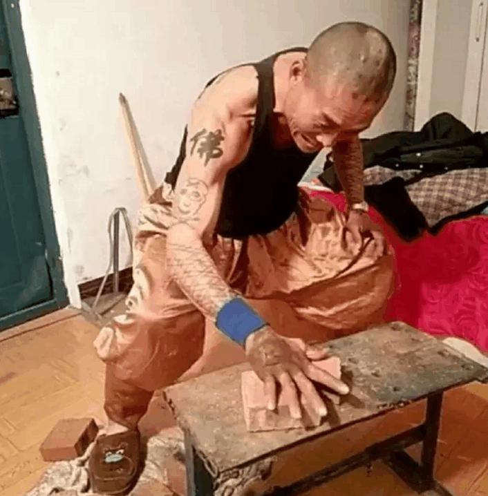 须眉苦练铁砂掌几十年, 神功已练成, 脚却成了如许!